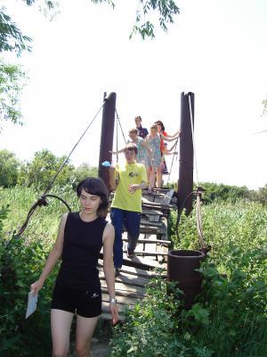На знаменитом краишевском пешеходном мостике, который качается.